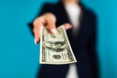 Frau, die einen 100 Dollarschein hält Lizenzfreies Stockfoto