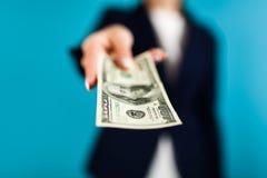 Frau, die einen 100 Dollarschein hält Lizenzfreies Stockbild