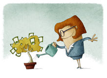Frau, die einen Geldbaum wässert Lizenzfreies Stockfoto