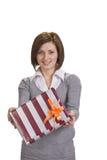 Frau, die einen Geschenkkasten anbietet Stockbilder