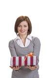 Frau, die einen Geschenkkasten anbietet Stockfotos