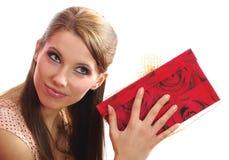 Frau, die einen Geschenkkasten anhält Lizenzfreies Stockbild