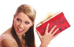 Frau, die einen Geschenkkasten anhält Stockfoto