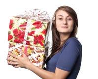 Frau, die einen Geschenkkasten anhält Stockbild