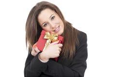Frau, die einen Geschenkrotkasten anhält stockfotografie