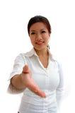 Frau, die einen Händedruck anbietet Stockfoto