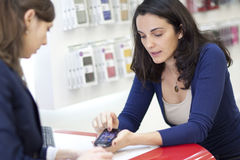Frau, die einen Handy verkauft Lizenzfreie Stockfotos