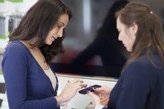 Frau, die einen Handy verkauft Stockfotos