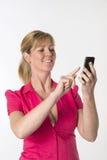 Frau, die einen Handy verwendet Stockbilder