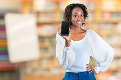 Frau, die einen Handy zeigt Stockfotos