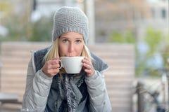Frau, die einen heißen Tasse Kaffee im Winter genießt stockfoto