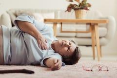 Frau, die einen Herzinfarkt hat lizenzfreie stockfotografie