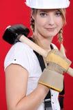 Frau, die einen Holzhammer trägt Lizenzfreie Stockbilder