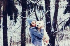 Frau, die einen Hund umarmt stockbilder