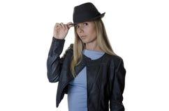 Frau, die einen Hut auf weißem Hintergrund trägt Lizenzfreies Stockfoto