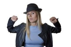 Frau, die einen Hut auf weißem Hintergrund trägt Lizenzfreie Stockfotografie