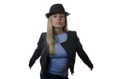 Frau, die einen Hut auf weißem Hintergrund trägt Lizenzfreie Stockbilder