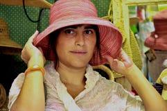 Frau, die einen Hut trägt. Lizenzfreies Stockfoto