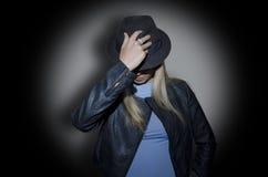 Frau, die einen Hut trägt Stockbilder