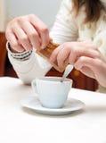 Frau, die einen Kaffee trinkt Lizenzfreies Stockbild