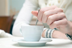 Frau, die einen Kaffee trinkt Stockfotografie