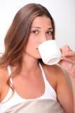 Frau, die einen Kaffee trinkt Stockbild
