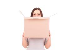 Frau, die einen Kasten anhält Auf lagerbild Lizenzfreie Stockfotografie