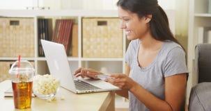 Frau, die einen Kauf on-line abschließt Stockfotos