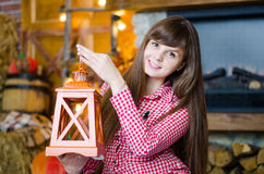Frau, die einen Kerzenständer hält Stockfoto