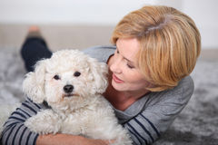 Frau, die einen kleinen Hund anhält Stockbild