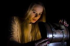 Frau, die einen kleinen Kasten in der Dunkelheit öffnet Lizenzfreie Stockfotos