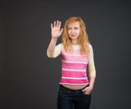 Frau, die einen Knopf auf einer Touch Screen Schnittstelle betätigt Lizenzfreie Stockfotos