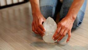 Frau, die einen Kristall auf den Boden setzt, um die Energie zu harmonisieren stock video