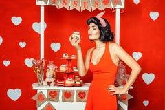 Frau, die einen Kuchen hält lizenzfreies stockfoto
