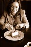 Frau, die einen Kuchen isst Lizenzfreie Stockfotografie