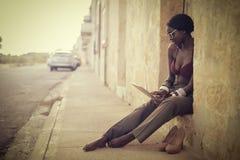 Frau, die einen Laptop auf der Straße verwendet lizenzfreie stockfotografie
