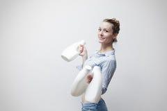 Frau, die einen Milchbehälter hält Stockfotografie