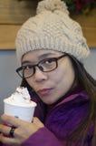 Frau, die einen Mokka Latte genießt Lizenzfreies Stockbild