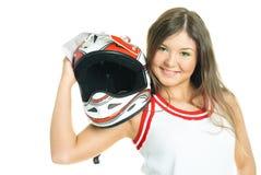 Frau, die einen Motorradsturzhelm anhält Stockfotografie