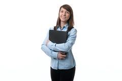 Frau, die einen Ordner mit Dokumenten hält Lizenzfreie Stockfotos