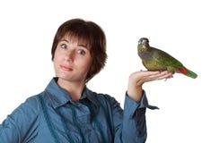 Frau, die einen Papageien anhält lizenzfreie stockfotografie