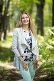 Frau, die in einen Park, Sommerzeit geht Lizenzfreie Stockfotos