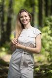 Frau, die in einen Park, Sommerzeit geht Lizenzfreie Stockbilder