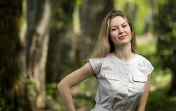 Frau, die in einen Park, Sommerzeit geht Stockbild