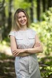 Frau, die in einen Park, Sommerzeit geht Lizenzfreies Stockbild