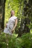 Frau, die in einen Park, Sommerzeit geht Lizenzfreie Stockfotografie
