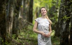 Frau, die in einen Park, Sommerzeit geht Stockfotos