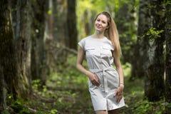 Frau, die in einen Park, Sommerzeit geht Lizenzfreies Stockfoto