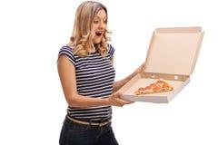 Frau, die einen Pizzakasten hält Stockfotos