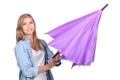 Frau, die einen Regenschirm öffnet Stockfotos